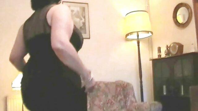Blonde choyée avec une grosse bite film porno lisbien et profite d'une éjaculation