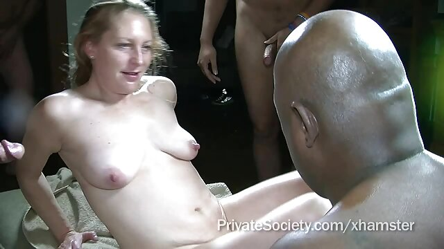 Butin séduisant de petite film porno lesbienne massage amie adolescente