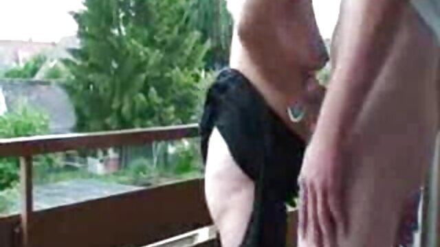 Une brune gonflée fait tourner un voisin à des film x de lesbienne farces anales