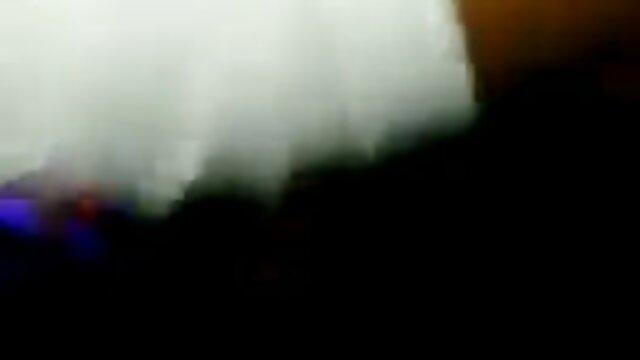 L'élève a léché les petits seins de la voisine et a filmpornolesbienne commencé à la pilonner avec une bite
