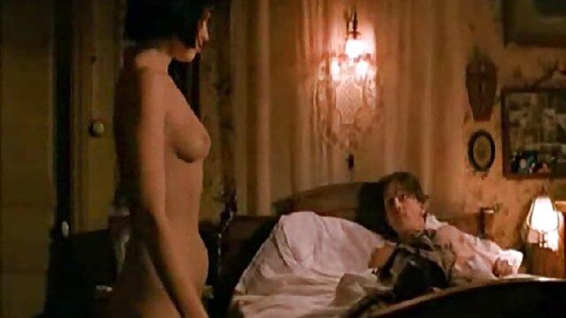 Une brune sensuelle est à film x lesbienne en francais l'aise pour s'asseoir sur une chaise et prendre une bite dans le cul