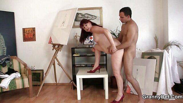 Un mannequin mince caresse le pénis d'un mec dans un video porno de lesbiene cadre intime