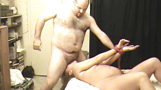 Fille sexy et homme porno chic lesbienne aux cheveux gris