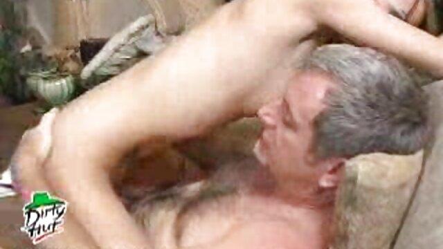 Massé la film porno pour lesbienne blonde et exigé un paiement en nature