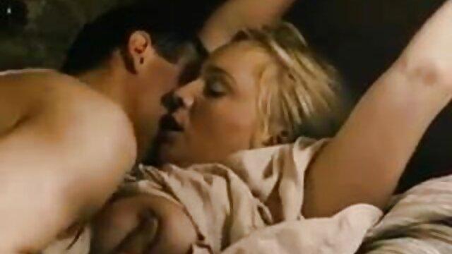 Une fille film pono lesbienne courageuse tente une pose de cow-girl au lit avec son petit ami