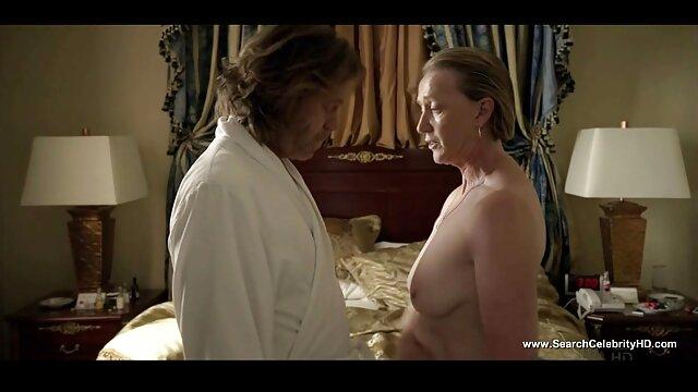 Un nègre et un mec film adulte lesbienne blanc ont invité des étudiants adorables à une orgie