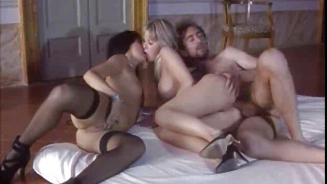Jeune étudiante travaille avec lesbien porno film une grosse bite sur un lit moelleux