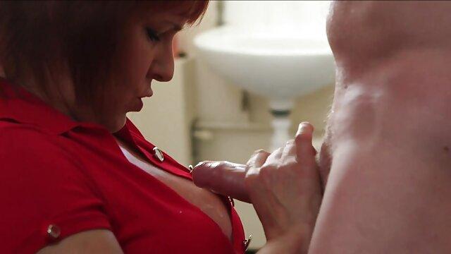 Le nègre a flatté une grosse femme aux gros tukif film lesbienne seins