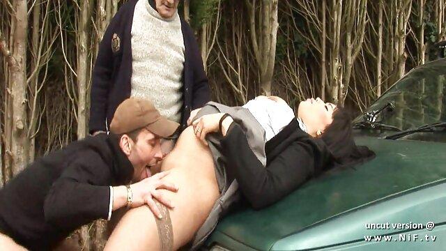 Blonde aux gros seins suce la film de lesbienne porno longue bite d'un médecin dans la salle