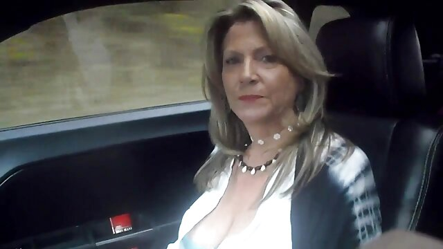 Femme aux gros seins ayant des relations sexuelles en position de film porno lesbienne en français cow-girl avec son amant