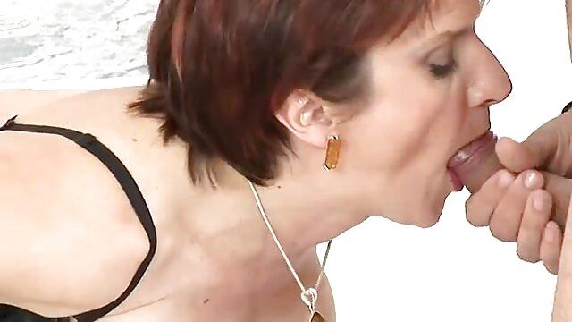 Chick est excitée et prête à baiser dans un taxi film porno lesbienne en streaming