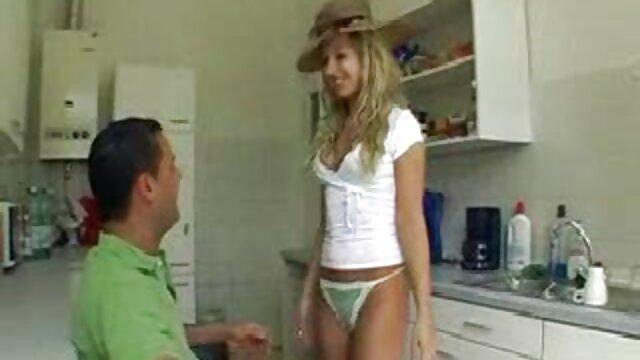 Un jeune homme baise une femme aux gros seins lesbinne xxx