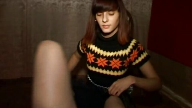 Sexy chick film lesbien porno s'amuse avec le chauffeur de taxi